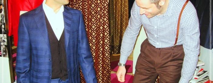 Stefano e Francesco durante la prova dell'abito su misura.